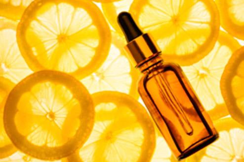 vitamina c in dulapul cu cosmetice al femeilor